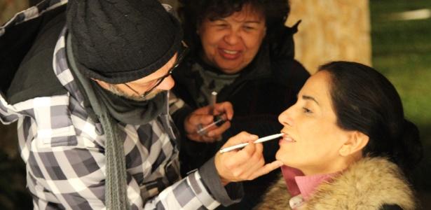Glória Pires é maquiada por Uirandê Holanda durante filmagem de Flores Raras (2012)