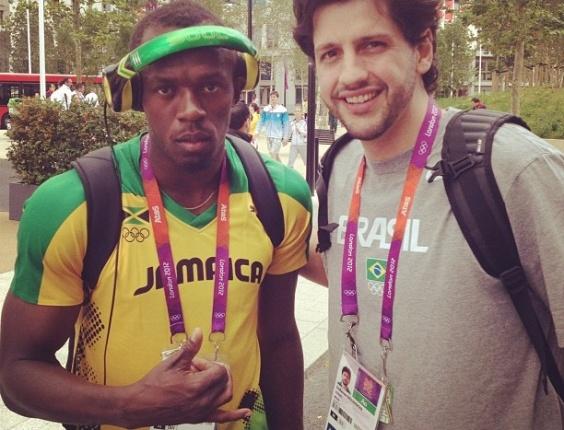 Guilherme Giovannoni, da seleção de basquete, tira foto ao lado do velocista jamaicano Usain Bolt