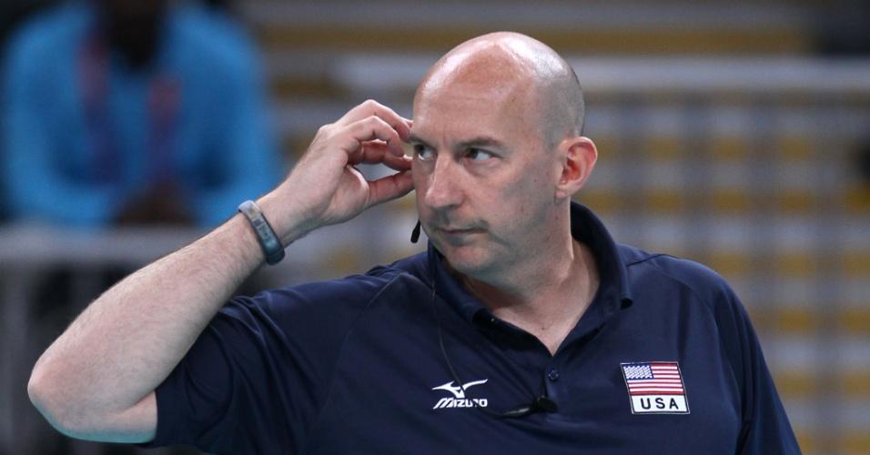 Hugh McCutcheon, técnico dos Estados Unidos, observa a partida contra a seleção brasileira