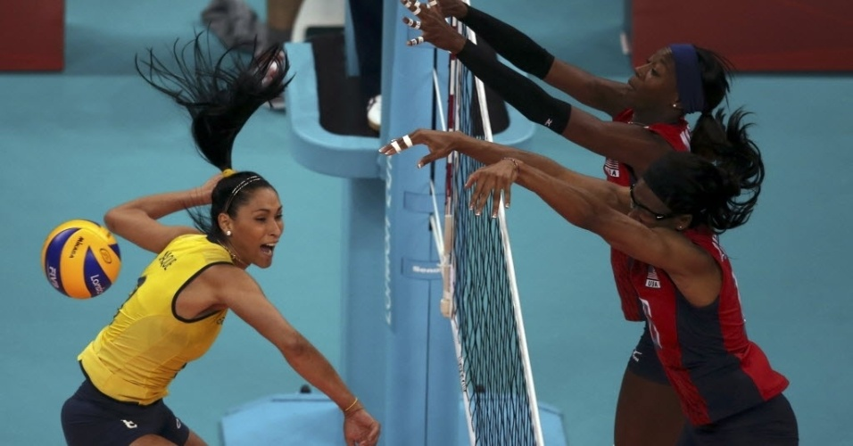 Jaqueline é bloqueada por Akinradewo e Hooker, dos Estados Unidos, durante partida na Olimpíada