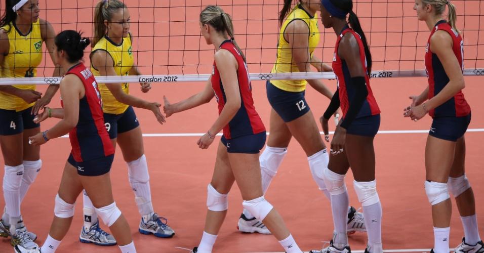 Jogadoras brasileiras e americanas se cumprimentam antes do início da partida em Londres