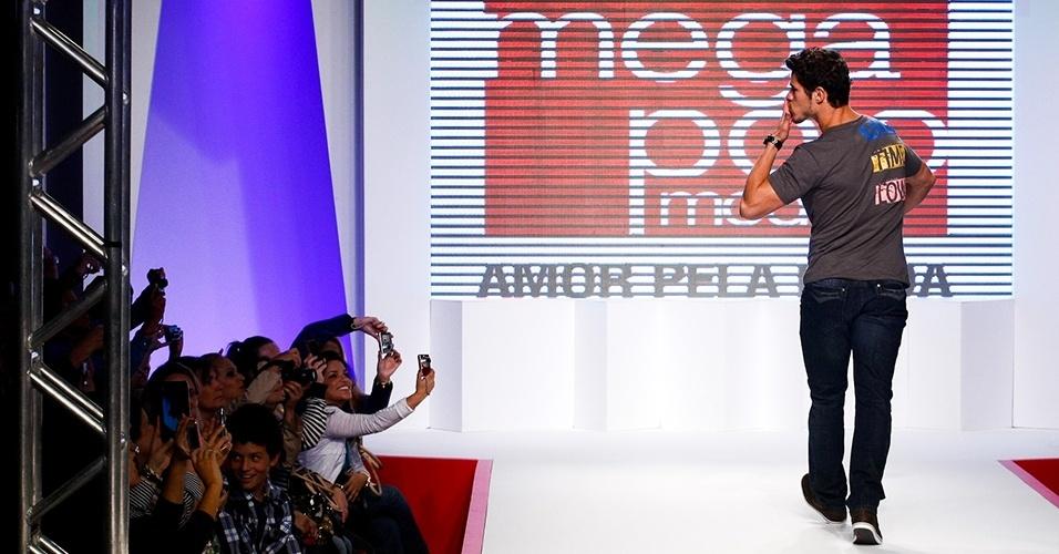 José Loreto manda beijo para as fãs em desfile no Mega Polo Moda Verão 2013 (30/07/2012)