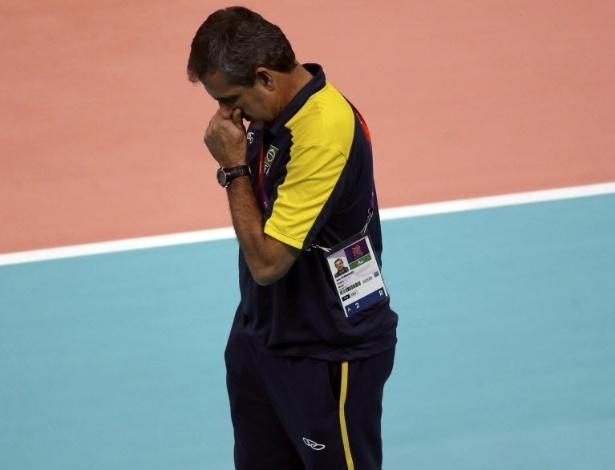 José Roberto Guimarães fica pensativo durante a partida entre Brasil e Estados Unidos