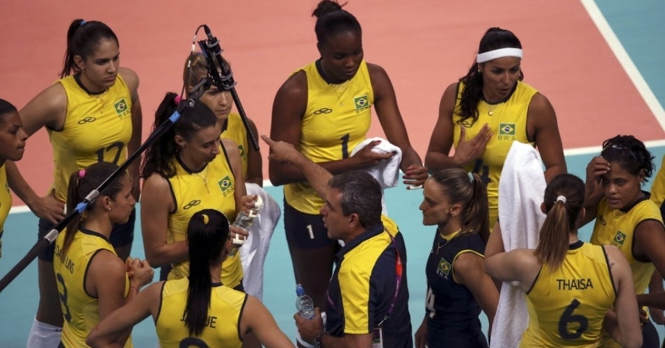 José Roberto Guimarães passa instruções para as brasileiras durante tempo técnico no jogo contra os Estados Unidos