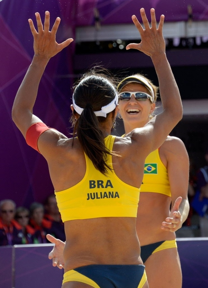 Juliana e Larissa comemoram a vitria sobre dupla alem, no segundo jogo na Olimpada