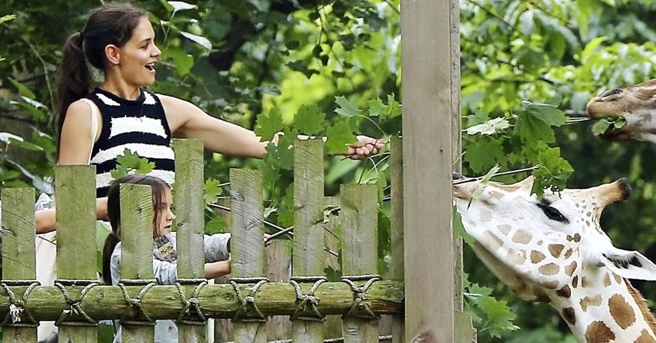 Nesta segunda-feira (30), Katie Holmes e Suri foram vistas em um zoológico de Nova York. Mãe e filha alimentavam as girafas do local
