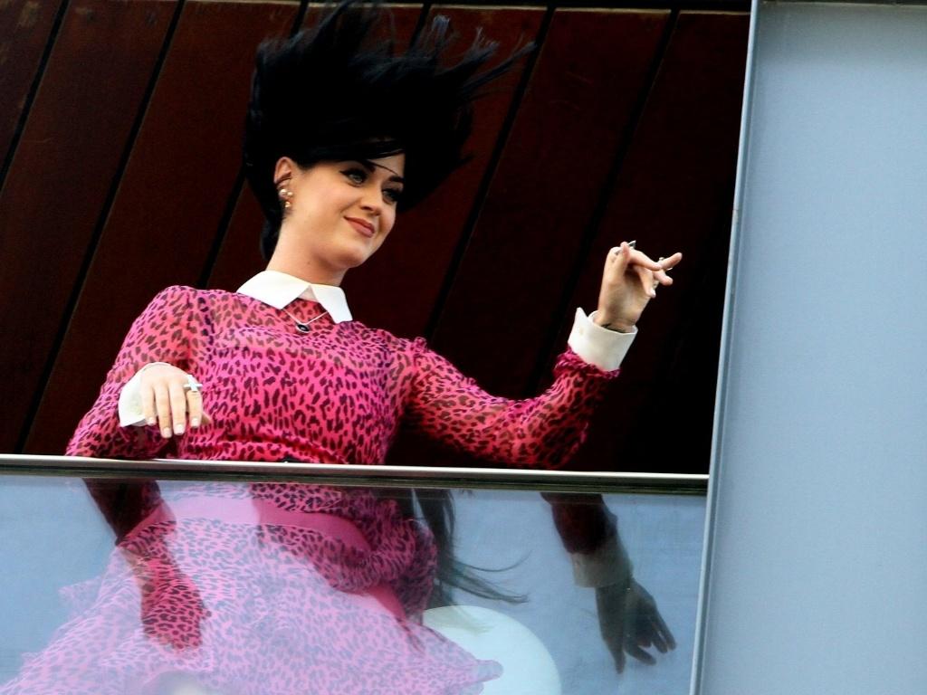 Katy Perry acena para fãs na sacada do hotel em que está hospedada no Rio de Janeiro. Ela está na cidade para divulgar seu novo filme,