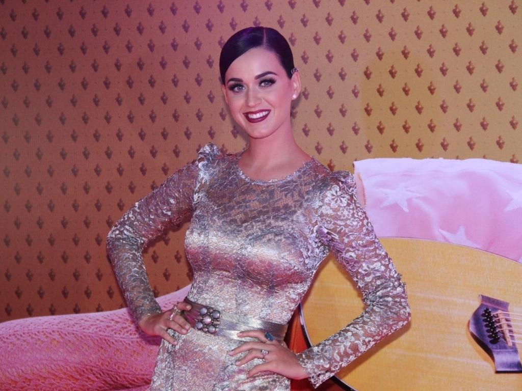 Katy Perry posa com um vestido Dolce&Gabbana na pré-estreia de