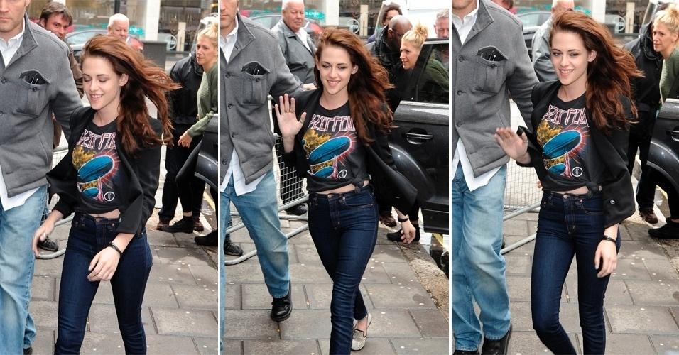 Kristen Stewart com camiseta de banda ao chegar para gravação na BBC, em Londres