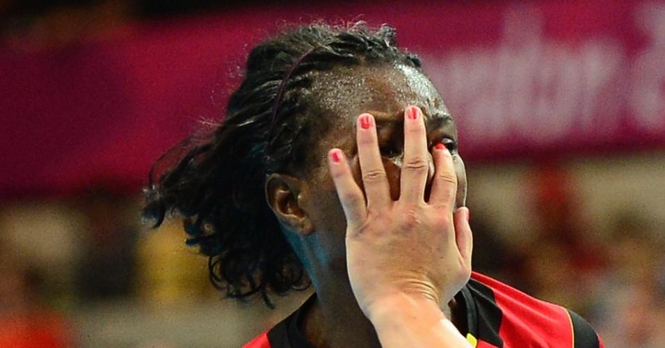 Marcelina Kiala, de Angola, sofre com a marcação da Croácia no handebol