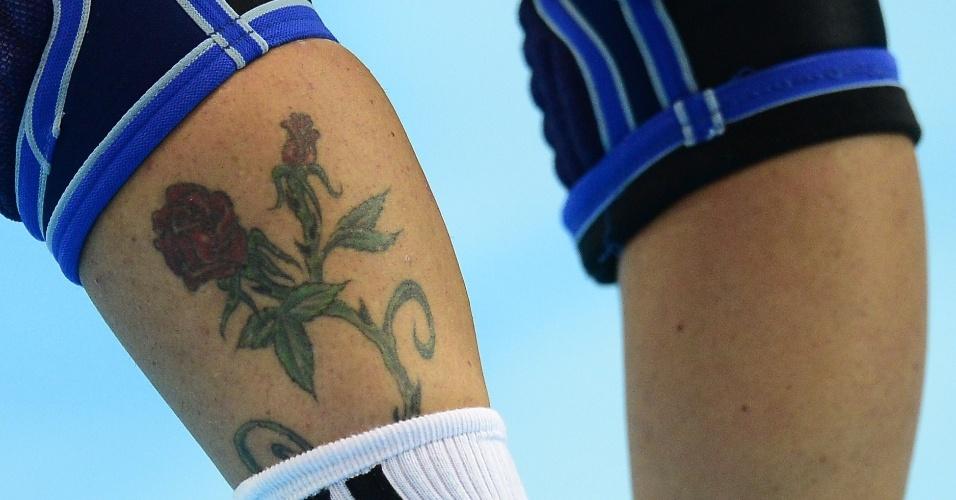 Miranda Tatari, jogadora do time de handebol da Croácia, exibe tatuagem na perna esquerda