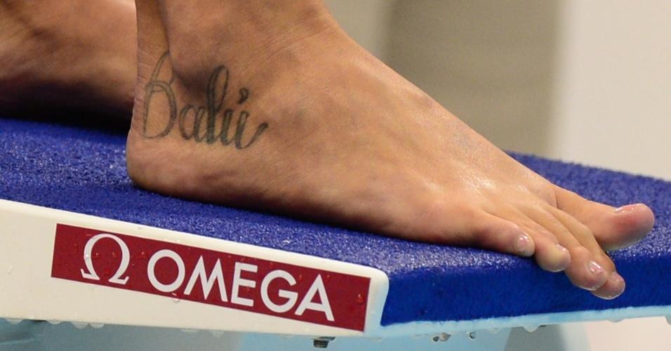 Musa italiana Federica Pellegrini exibe tatuagens no pé direito enquanto se prepara para eliminatória dos 200m livre