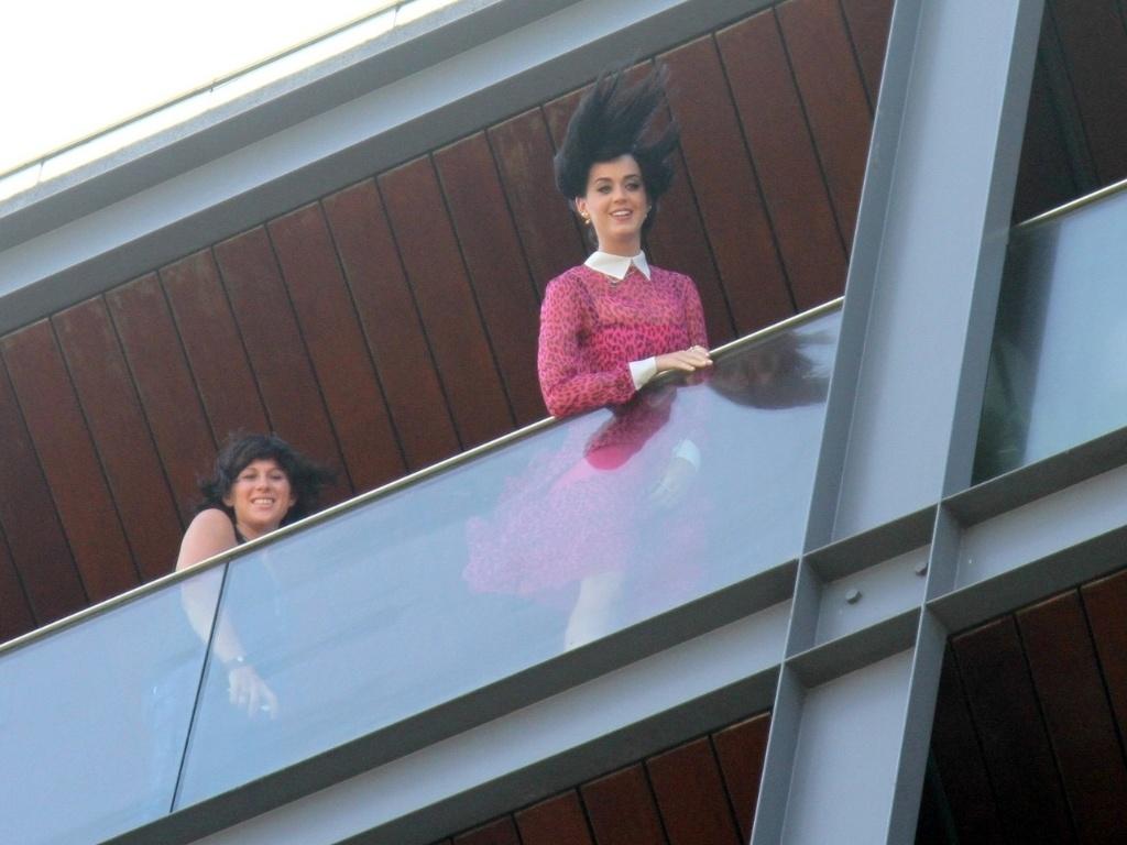 Na sacada do hotel em que está hospedada no Rio de Janeiro, Katy Perry conversa com os fãs (30/7/12)