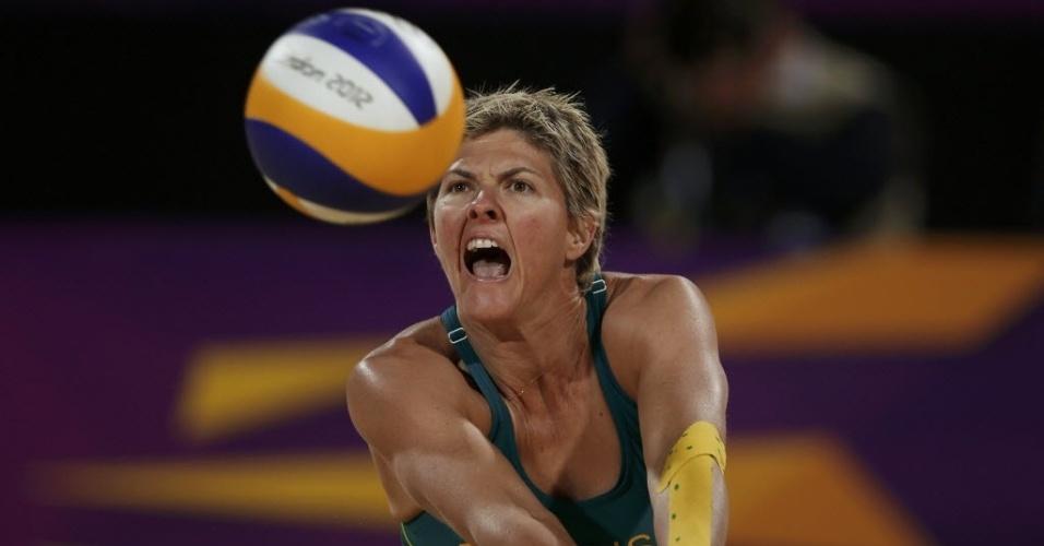 Nat Cook, atleta australiana do vôlei de praia, defende bola em jogo contra dupla da Áustria