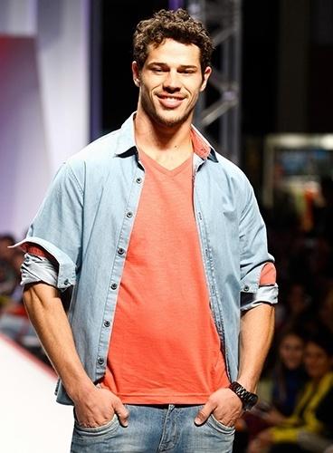 O ator José Loreto em sua última participação na passarela do Mega Polo Moda (30/07/2012)