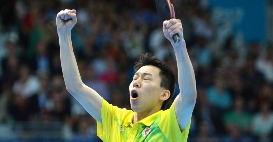 O mesa-tenista Jiang Tiany, de Hong Kong, celebra vitória sobre o norte-coreano Kim Hyok Bong