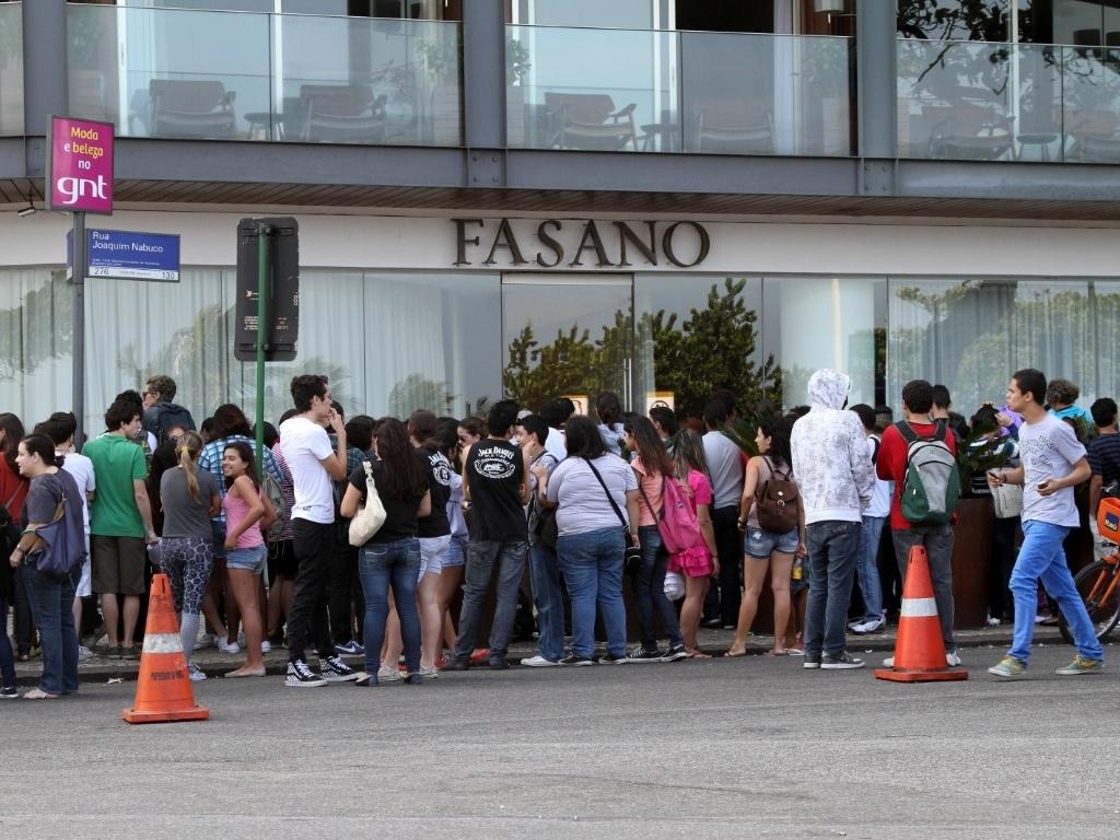 Os fãs de Katy Perry quase fecharam a entrada do Hotel Fasano, no Rio de Janeiro (30/7/12)