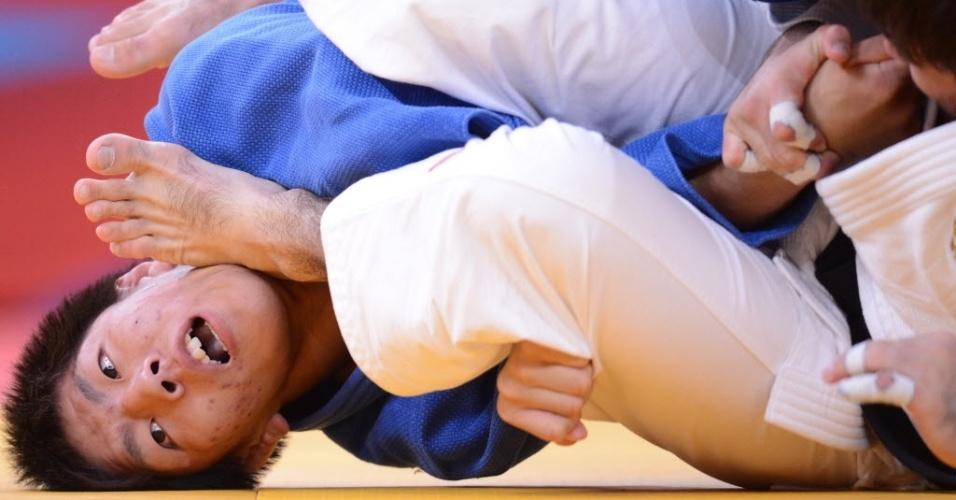 Riki Nakaya, do Japão, fica em situação nada agradável durante combate do judô na Olimpíada de Londres, com o pé do rival em seu rosto (30/07/2012)