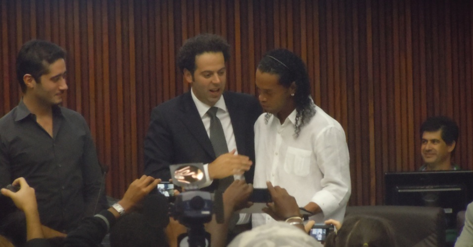 Ronaldinho Gaúcho recebe o título de cidadania honorária das mãos do vereador e dirigente atleticano Daniel Nepomuceno (30/7/2012)