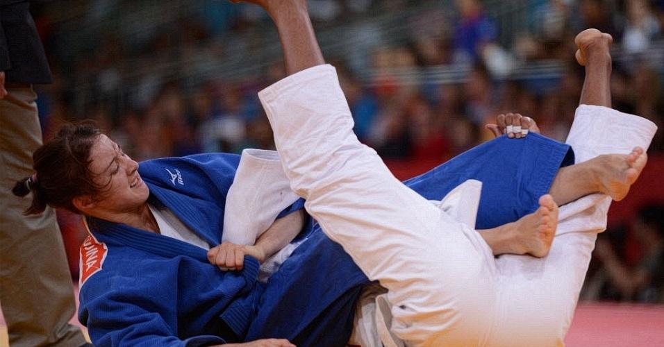 Russa Irina Zabludina (e) e cubana Yurileidys Lupetey Cobas se enrolam durante luta de judô até 57 kg na Olimpíada de Londres (30/07/2012)