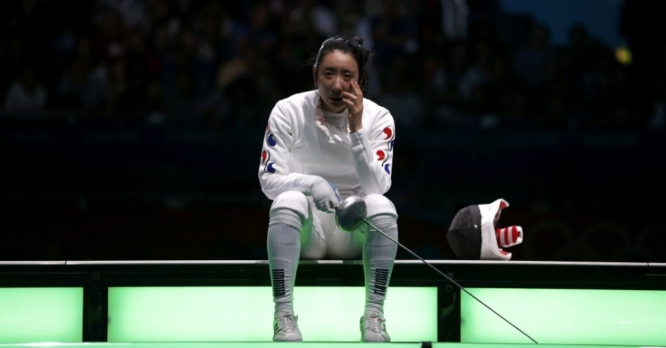 Sul-coreana Shin A Lam chora após ter sido declarada derrotada nas semifinais da esgrima, categoria espada, nos Jogos de Londres