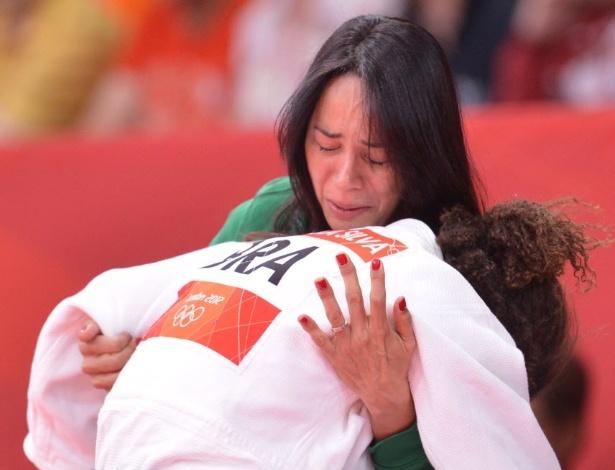 A técnica Rosicleia Campos tenta consolar Rafaela Silva após a derrota