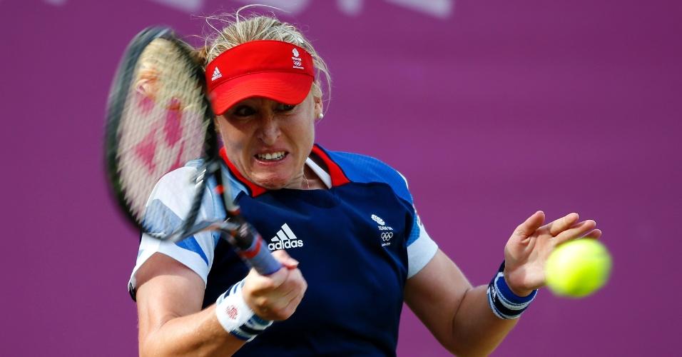 Tenista britânica Elena Baltacha faz careta para rebater bola da sérvia Ana Ivanovic