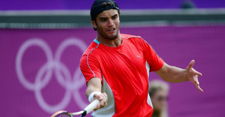 Tenista da Tunísia Malek Jaziri em troca de bola no jogo contra o americano John Isner