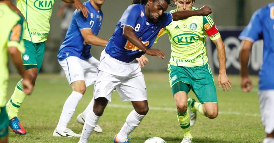 Tinga, do Cruzeiro, prepara chute observado por Henrique, do Palmeiras