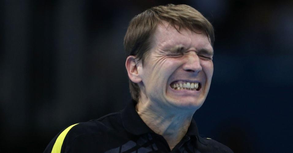 Werner Schlager, da Áustria, mostra frustração durante competição do tênis de mesa