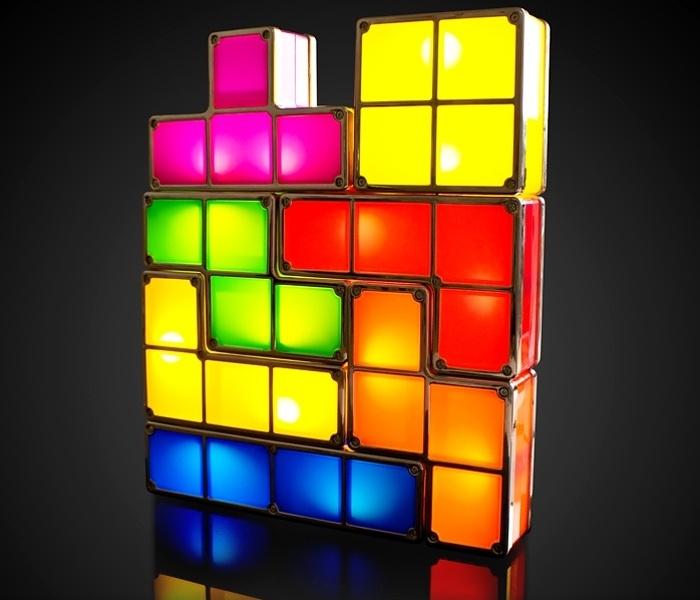 31.7.2012 - Um dos jogos mais conhecidos no mundo, o Tetris agora virou tema para a decoração da casa (do nerd). O conjunto Tetris Light é uma série de blocos iguais aos do game, mas iluminados. São sete peças e o fabricante garante: você não vai conseguir formar um quadrado perfeito. Da Firebox, 29,99 libras (cerca de R$ 96)