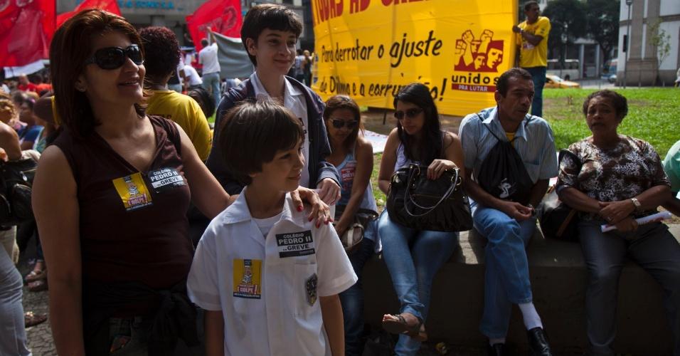 31.jul.2012 - A professora Jane Aguiar, 43 (à esquerda), participa da manifestação com os filhos Lucas, 9, e Daniel, 14, nesta terça-feira (31) no centro do Rio de Janeiro
