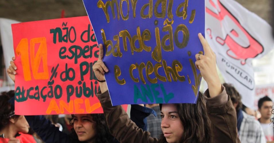 31.jul.2012 - Diversas reivindicações são apresentadas em manifestação dos servidores públicos federais sob o vão do MASP, na Avenida Paulista, em São Paulo