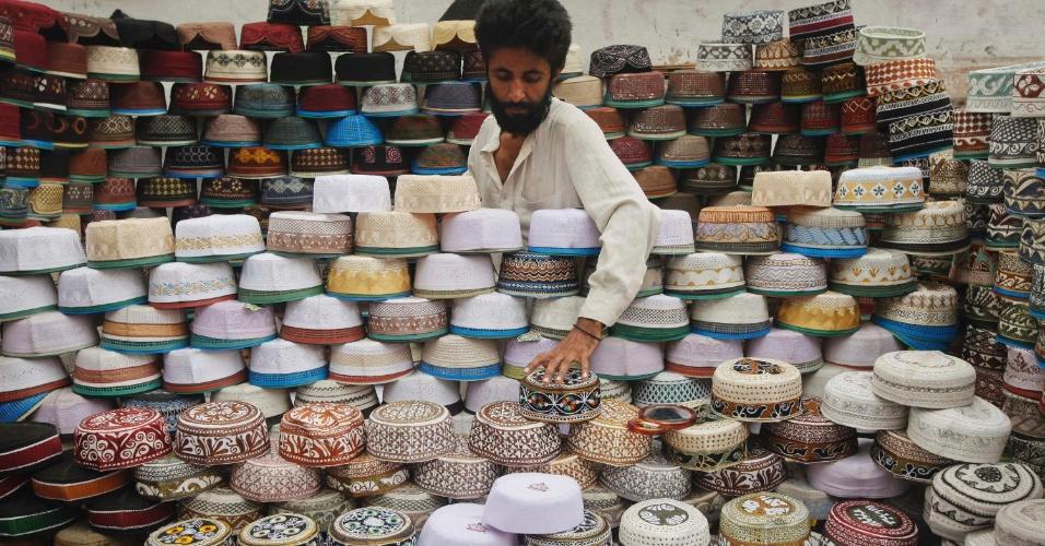 31.jul.2012 - Em meio às cerimônicas do mês sagrado do Ramadã, homem vende o Taqiyah, tradicional chapéu de reza muçulmano, em Karachi, no Paquistão