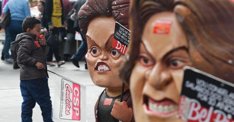 31.jul.2012 - Menino caminha entre bonecos na manifestação de servidores públicos federais, nesta terça-feira (31), em São Paulo