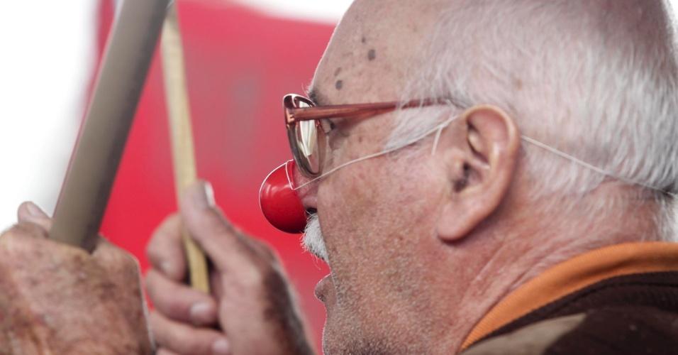 31.jul.2012 - Servidor protesta com nariz de palhaço em ato de funcionários públicos federais em São Paulo