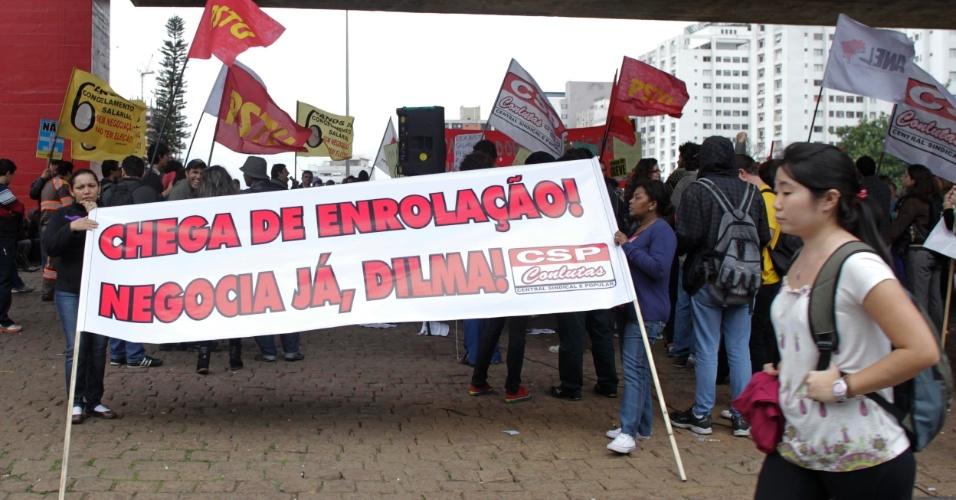 31.jul.2012 - Servidores federais organizam manifestação em São Paulo para pedir audiências com representantes de governo. O ministério do Planejamento cancelou diversas reuniões que estavam agendadas para esta semana