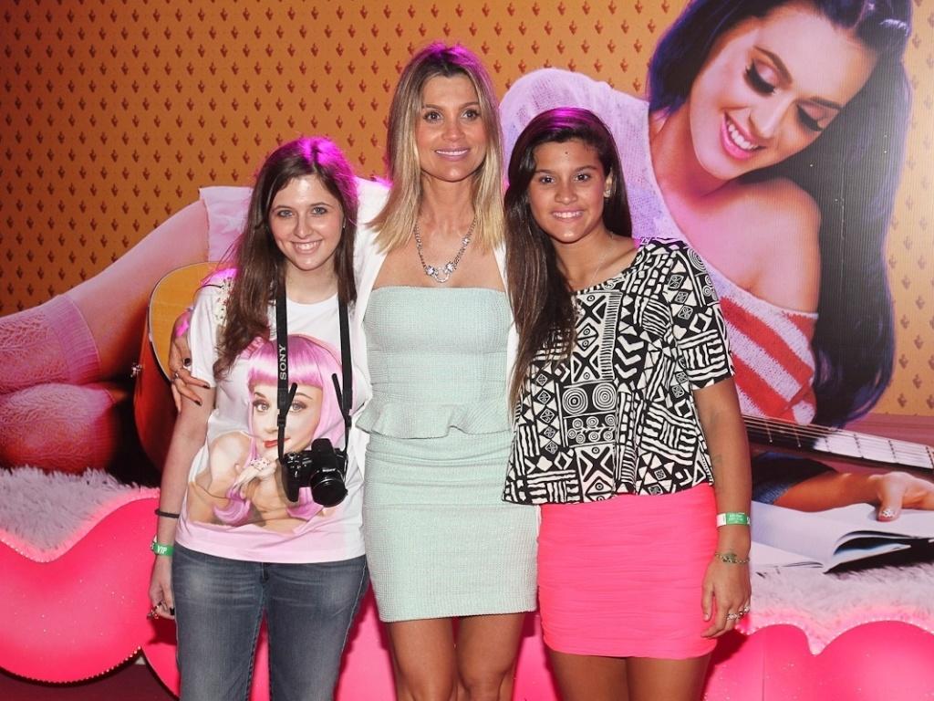 A atriz Flávia Alessandra com a filha Giulia (à dir.) e com a sobrinha na pré-estreia de do filme de Katy Perry,