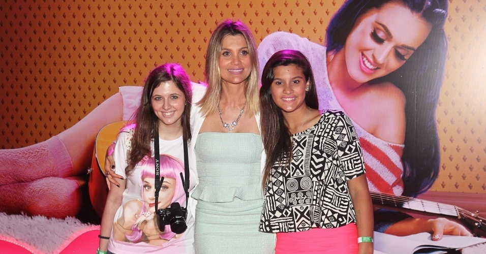 """A atriz Flávia Alessandra com a filha Giulia (à dir.) e com a sobrinha na pré-estreia de do filme de Katy Perry, """"Part of Me 3D"""" (30/7/12)"""