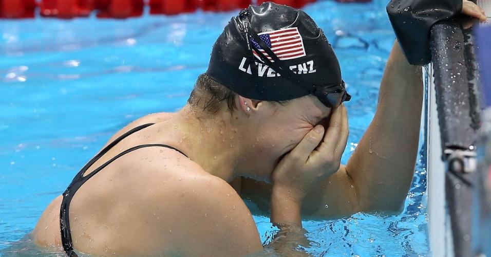 Caitlin Leverenz, atleta dos Estados Unidos, chora após conquistar a medalha de ouro nos 200 m medley