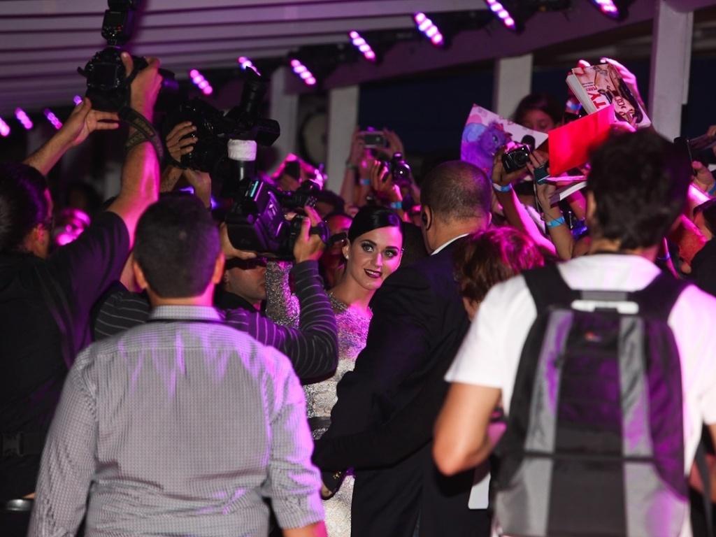 Cantora Katy Perry atende os fãs e a imprensa na pré-estreia de seu filme