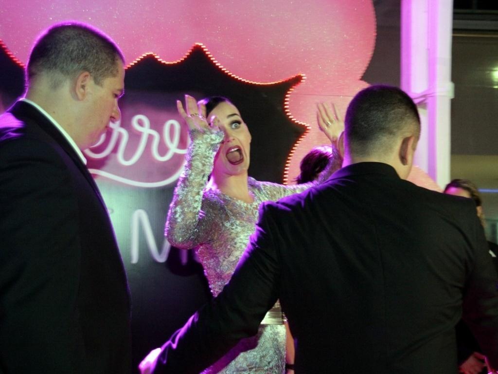 Cantora Katy Perry faz cara de espanto quando uma fã diz que veio de Curitiba só para vê-la no Rio de Janeiro (30/7/12)