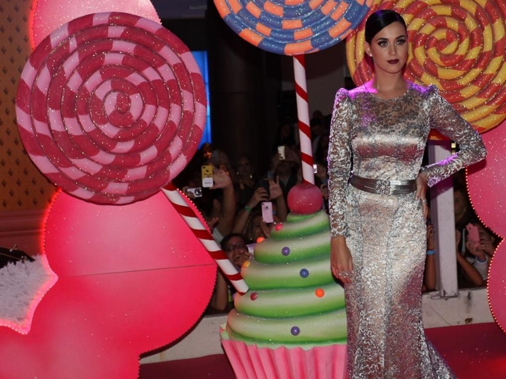 Cantora Katy Perry posa com um vestido Dolce&Gabbana na pré-estreia de