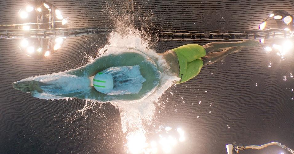Cesar Cielo mergulha para sua bateria na eliminatória dos 100 m livre, na Olimpíada de Londres