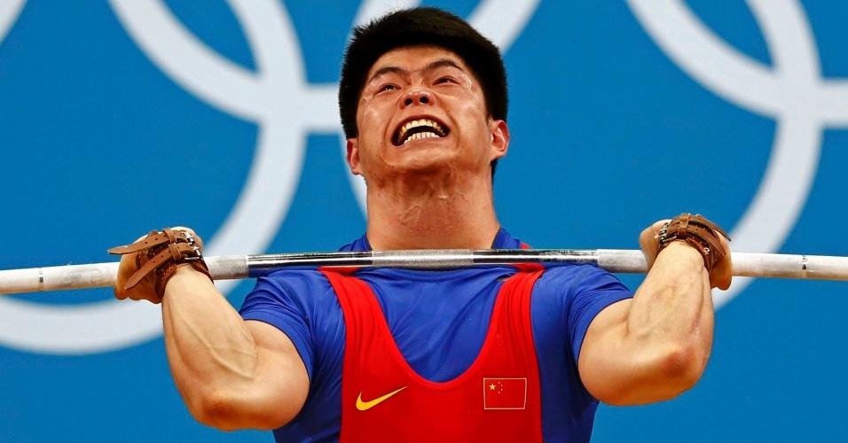 Chinês Qingfeng Lin se esforça para levantar o peso durante competição nos Jogos Olímpicos