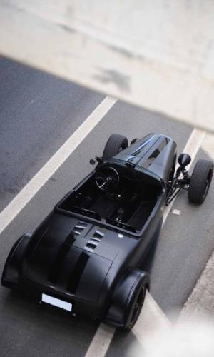 A carroceria do Roadster precisou de incontáveis horas de trabalho e vários componentes foram feitos exclusivamente para o carro