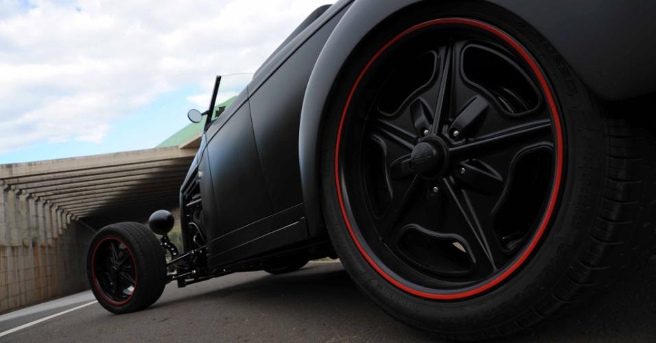 As rodas de alumínio usinado são da Billet Specialties, modelo Boneville, com 17 polegadas na dianteira e aro 18'' na traseira