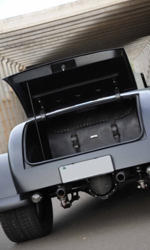 O porta-malas sustentado por uma vareta é capaz de carregar o que um carro popular leva, mesmo este não sendo o foco do modelo