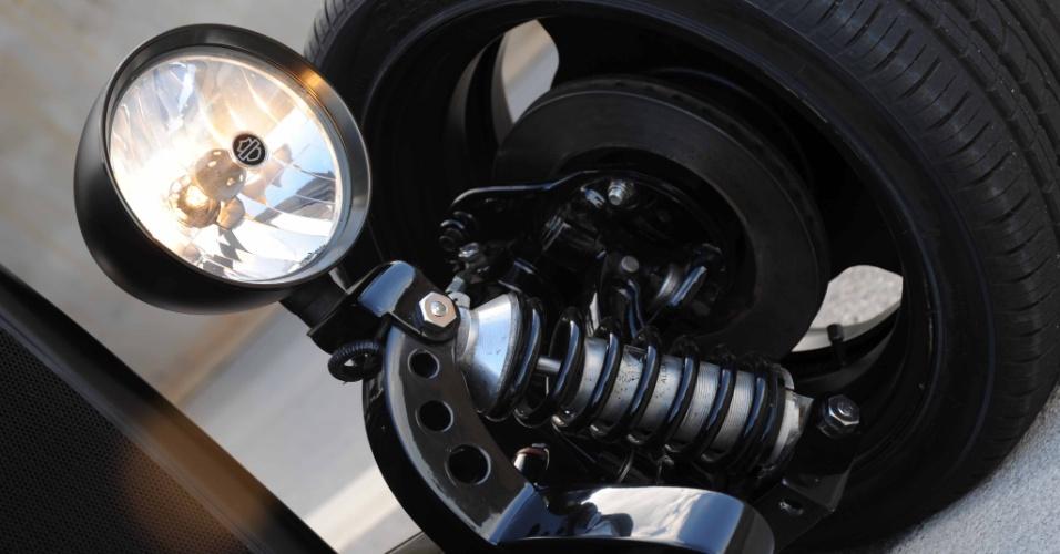 Mesmo com os ajustes, suspensão e direção ainda precisam de reparos; os faróis são novos, mas seguem o estilo retrô da época
