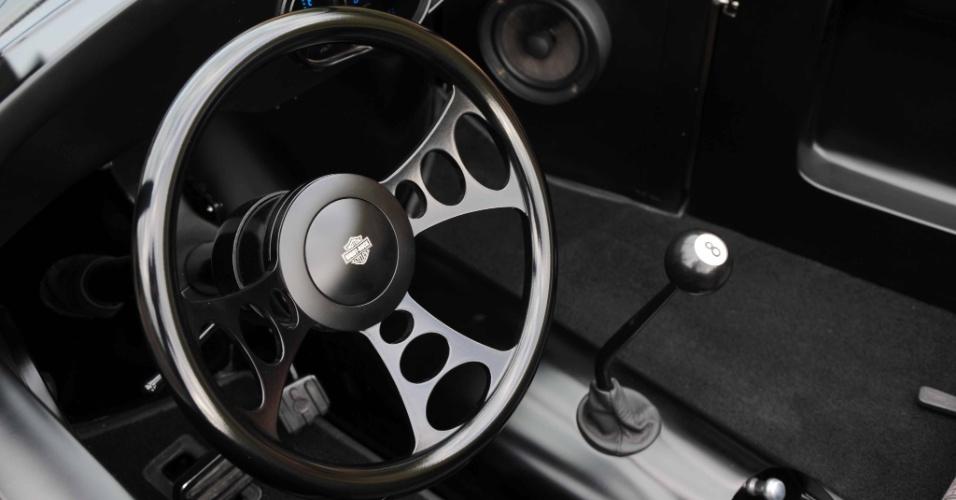 O volante da Billet adotado por Almir Rocha copia a mais ínfima imperfeição da pista, graças ao conjunto de suspensão esportivo